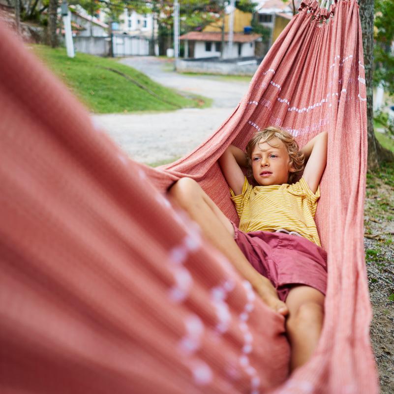 Reisen mit Kind in der Hängematte im Urlaub