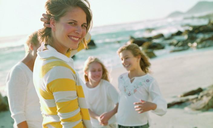 Familie am Strand Impfungen für die Reise
