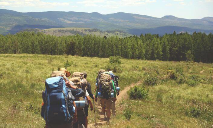 Menschen auf einem Fernwanderweg