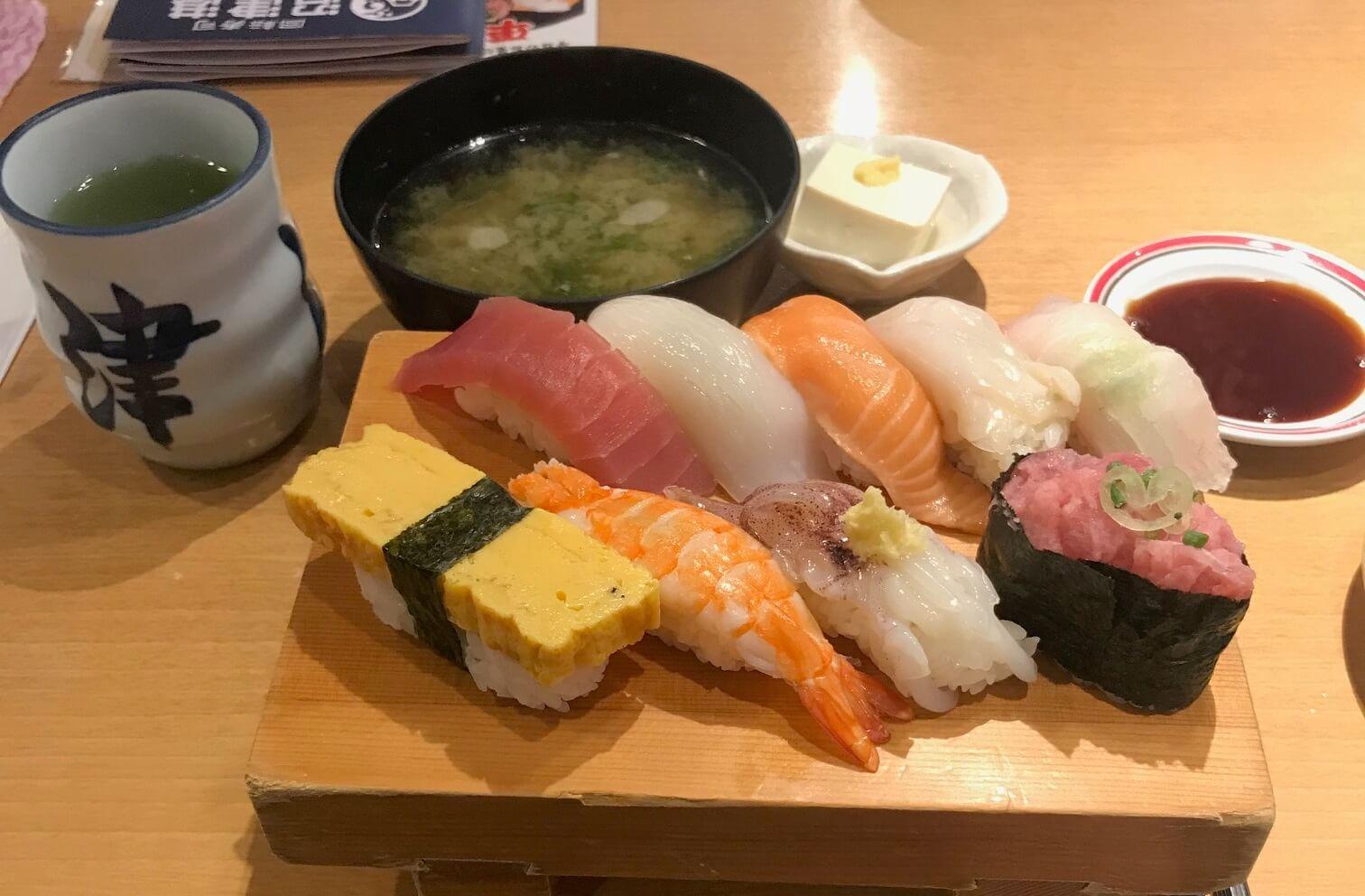 Sushi-Essen beim Praktikum in Japan