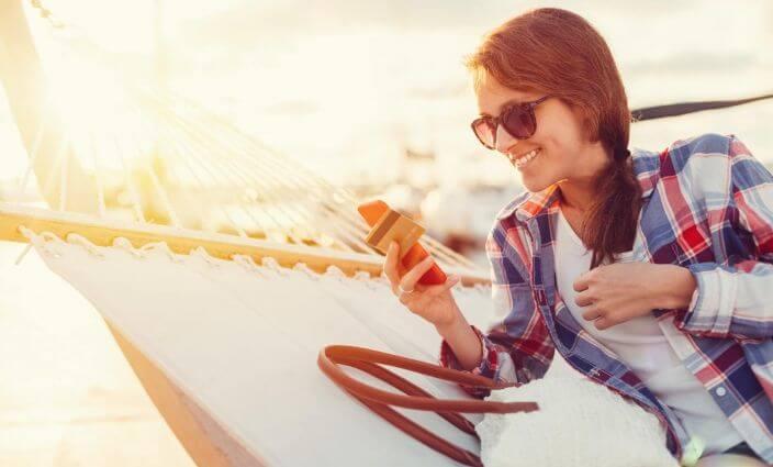Reisen mit Kreditkarte Frau bezahlt im Urlaub