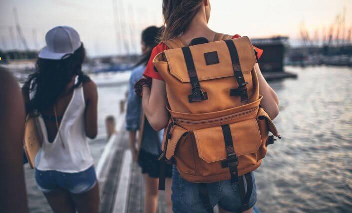 Jugendliche auf Reisen mit Rucksack