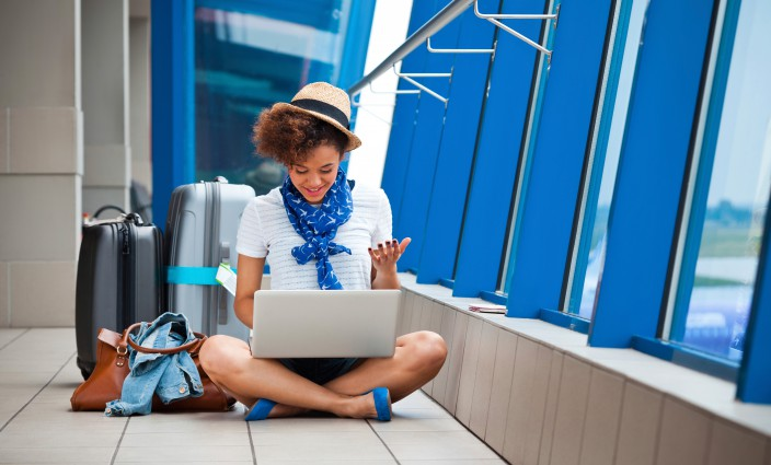 Frau mit Wertsachen am Flughafen