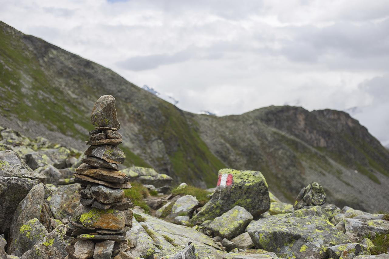Steinmännchen in den Bergen bei Wegmarkierung