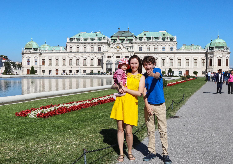 Frau mit Baby und Kind in Wien vor Schloss Belvedere