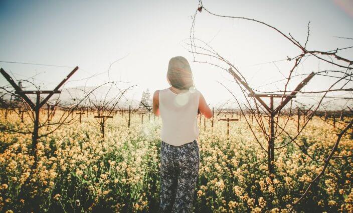 Frau im Urlaub mit Migräne auf Reisen