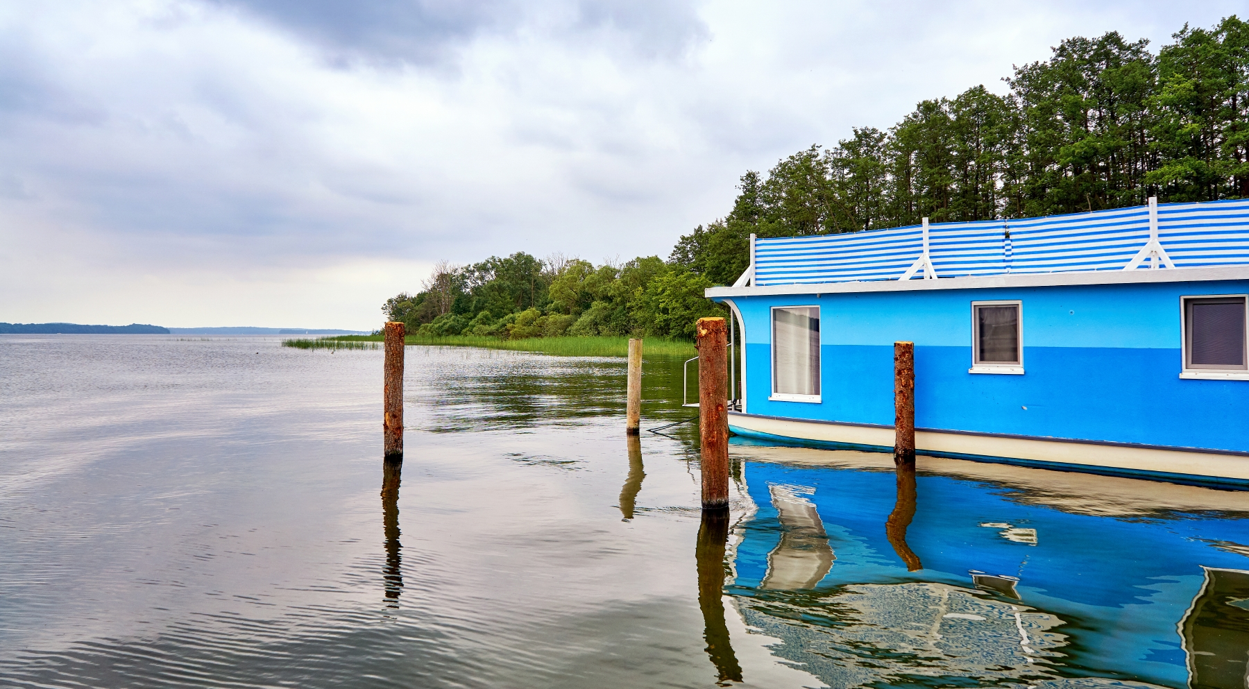 blaues Hausboot in Schweriner See Mecklenburg-Vorpommern