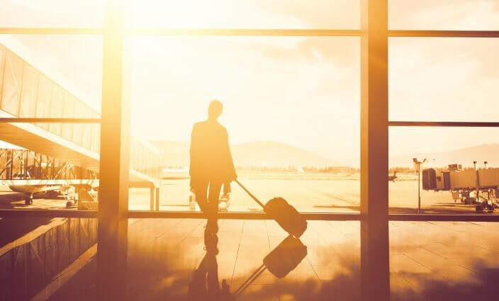 Frau wartet am Flughafen - Tipps für Nacht am Flughafen