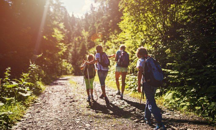 Wandern mit Familie mit Kindern
