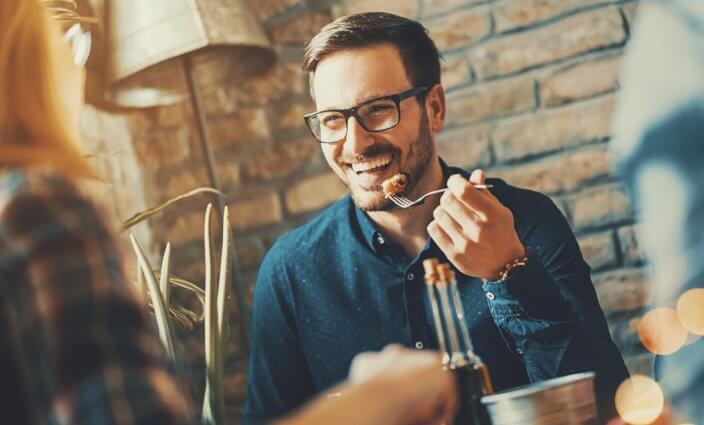 Slow-Food-Travel Mann im Restaurant