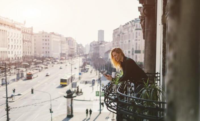 Frau mit Handy und Apps für Reisen