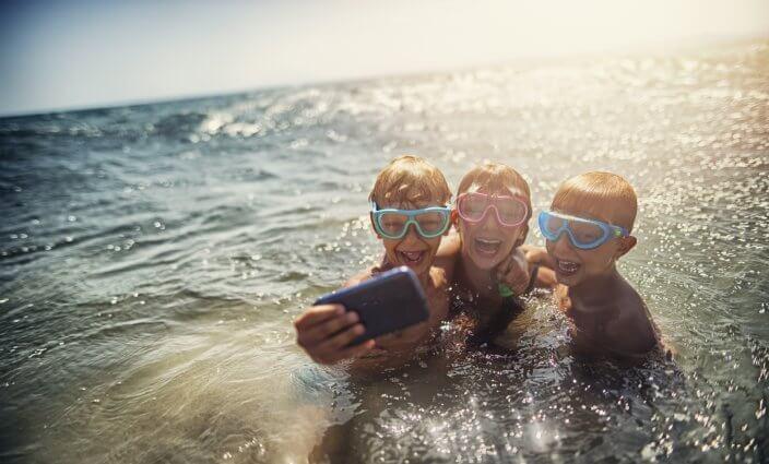 Reise-Apps für Familien im Wasser im Urlaub