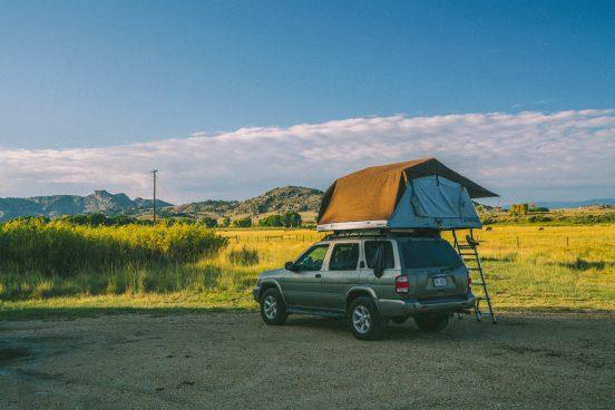 Camping mit Auto und Dachzelt